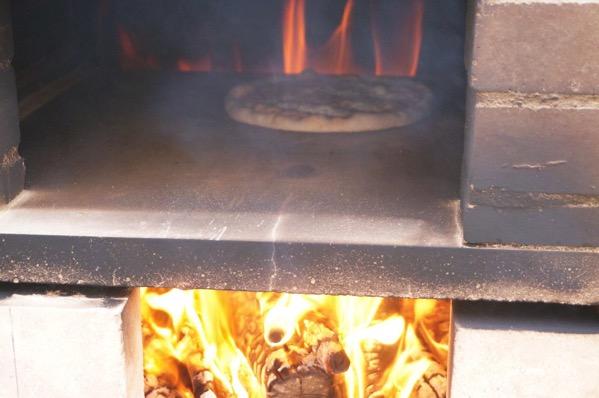 自作ピザ窯でピザを焼く20