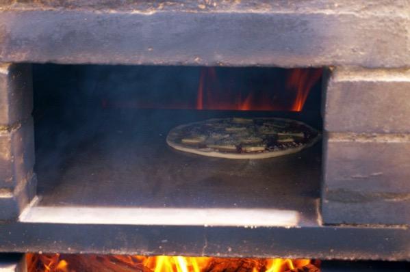 自作ピザ窯でピザを焼く214