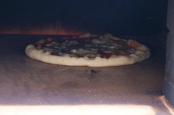 自作ピザ窯でピザを焼く215