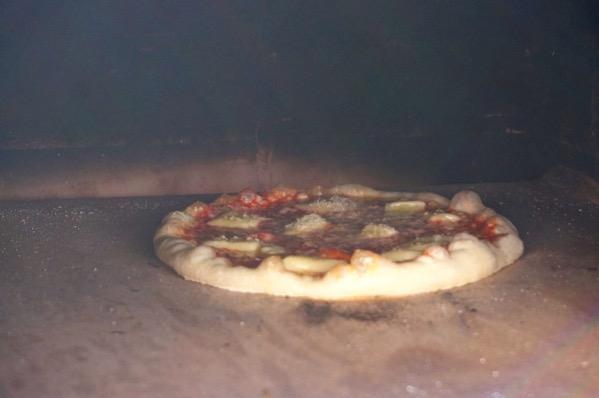 自作ピザ窯でピザを焼く219