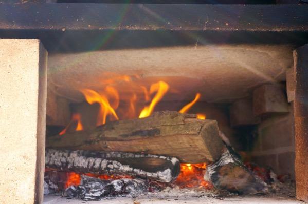 自作ピザ窯でピザを焼く218