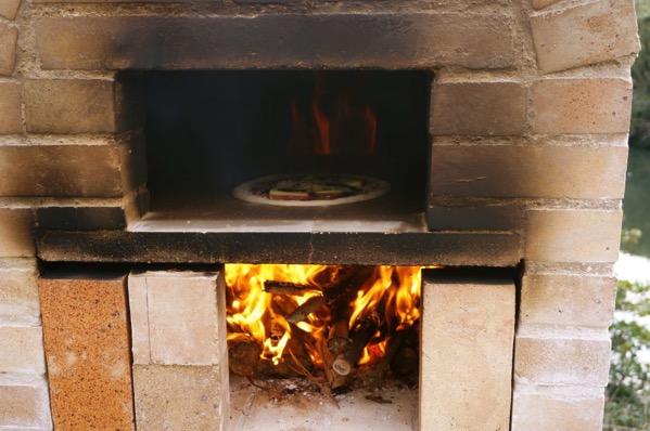 自作ピザ窯でピザを焼く18