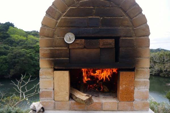 自作ピザ窯でピザを焼く211