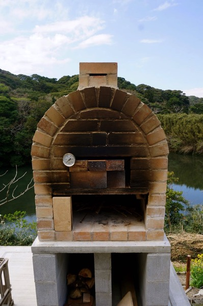 自作ピザ窯でピザを焼く206