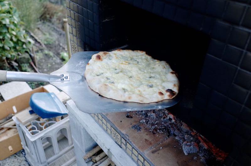 ピザ窯でのピザの焼き方16
