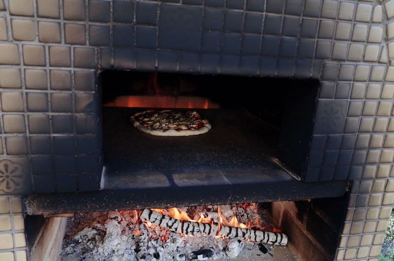ピザ窯でのピザの焼き方8