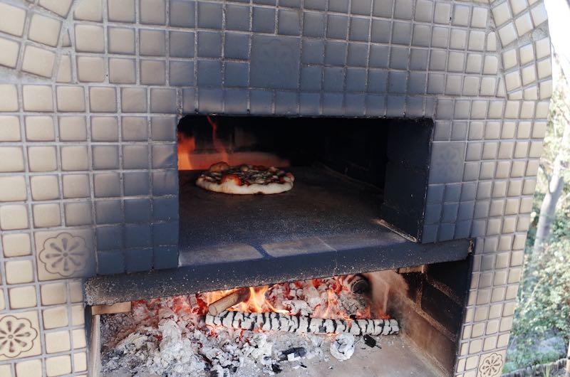 ピザ窯でのピザの焼き方9