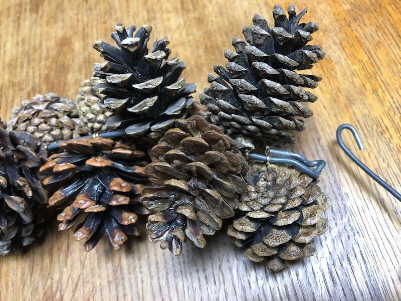 松ぼっくりとハンガーでクリスマスリースの作り方31