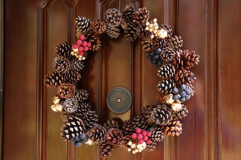 松ぼっくりとハンガーでクリスマスリースの作り方42