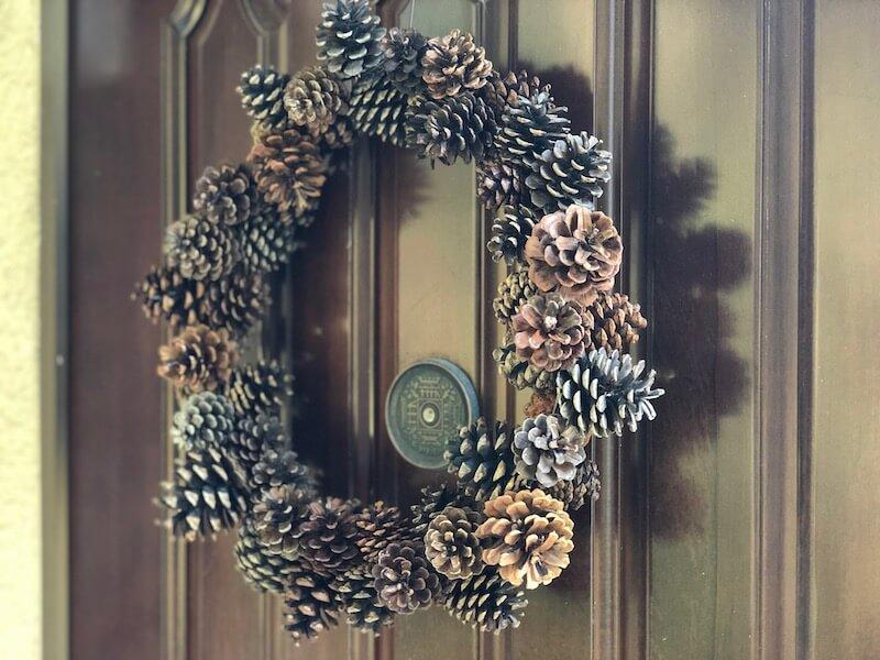 松ぼっくりとハンガーでクリスマスリースの作り方36