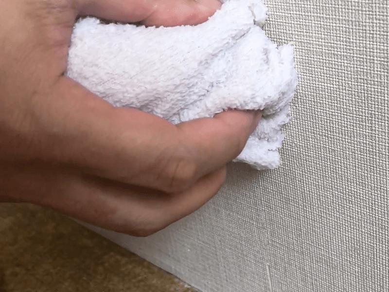 壁紙を濡らす