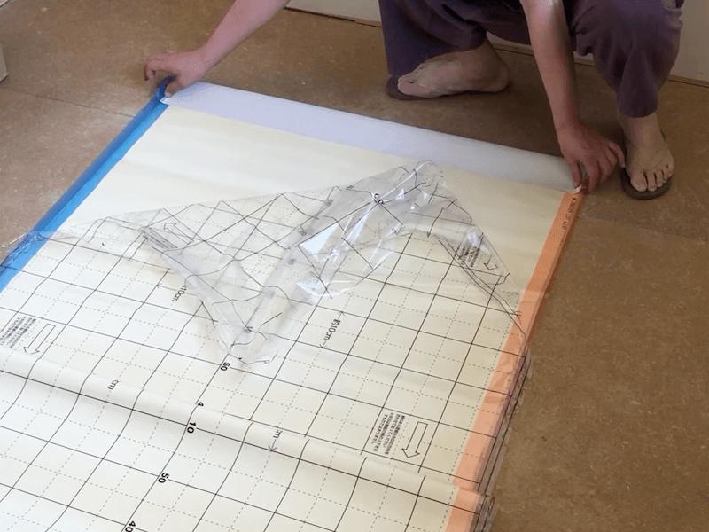 壁紙の端を織り込む
