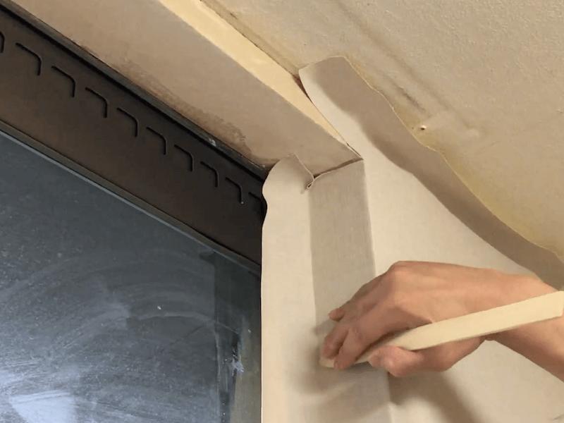 窓枠に壁紙を貼る6