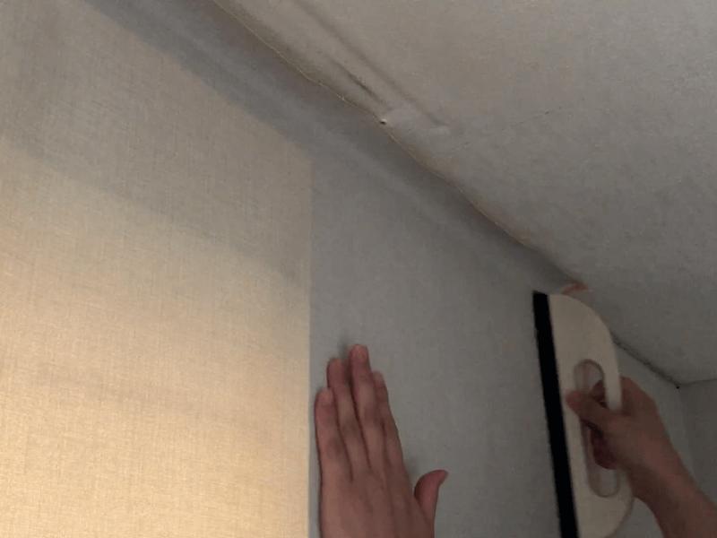 窓枠に壁紙を貼る