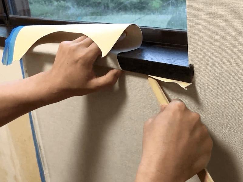 窓枠に壁紙を貼る9