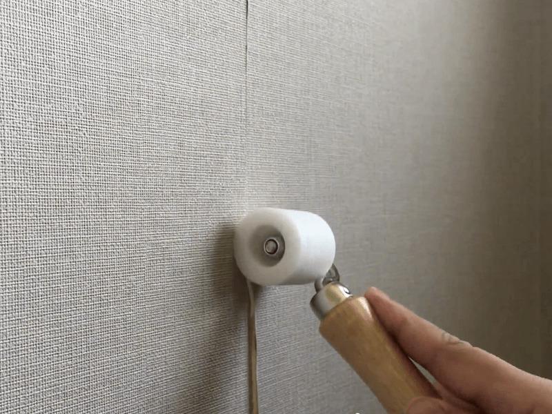壁紙の剥がれの補修をコロコロ