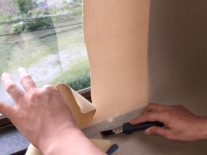 窓枠に壁紙を貼る5