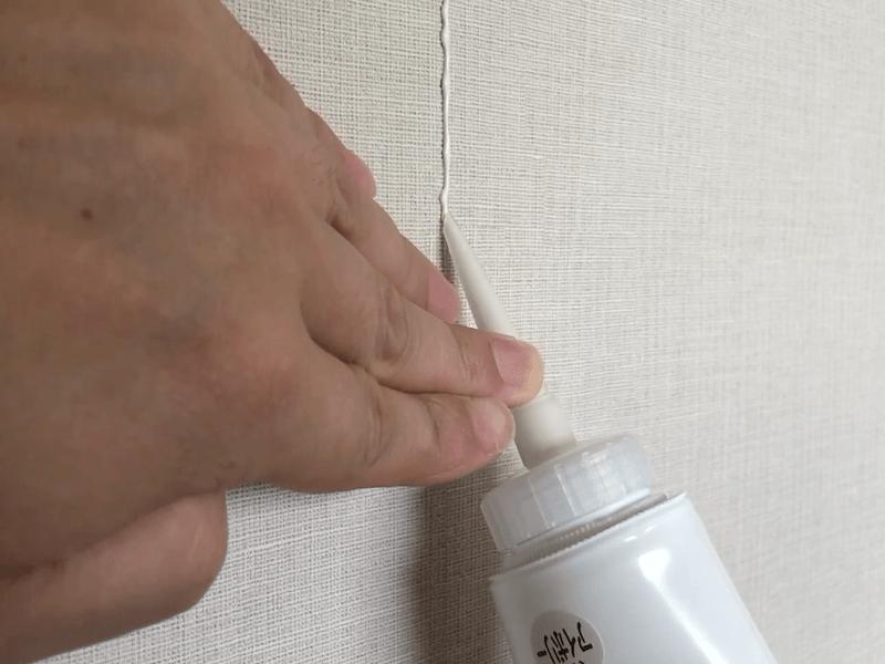 壁紙の継ぎ目にコーキング剤を塗る