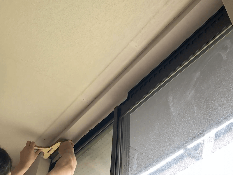 窓上部壁紙貼り3