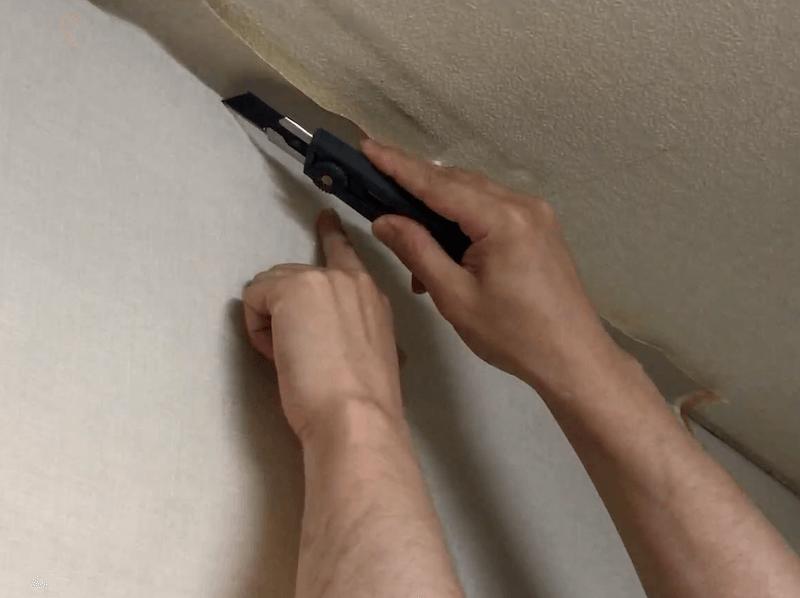 窓枠に壁紙を貼る2